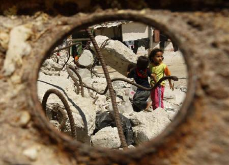Palestinian girls play on a street in Khan Younis in the southern Gaza Strip June 29, 2009. REUTERS/Ibraheem Abu Mustafa