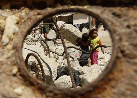 Palestinian girls play on a street in Khan Younis in the southern Gaza Strip June 29, 2009. REUTERS/Ibraheem Abu Mustafa