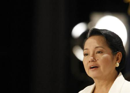 Philippines' President Gloria Macapagal Arroyo delivers a speech in Tokyo June 19, 2009. REUTERS/Issei Kato/Files