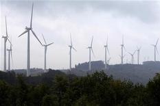 <p>Ветрянная электростанция в городе Томас в Западной Виргинии 28 августа 2006 года. США присоединились к Международному агентству возобновляемых источников энергии (IRENA) в рамках новой энергетической политики президента Барака Обамы, сообщила госсекретарь Хиллари Клинтон. REUTERS/Jonathan Ernst</p>
