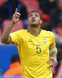 <p>Jogador brasileiro Felipe Melo comemora na Copa das Confederações em Pretória. 18/06/2009. REUTERS/Jerry Lampen</p>