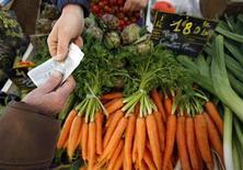 <p>Concombres tordus, carottes difformes et autres poireaux disgracieux font leur retour à compter du 1er juillet sur les étals européens, après que la Commission européenne a éliminé une série de normes liées à la taille et à la forme des fruits et légumes. /Photo d'archives/REUTERS/Eric Gaillard</p>