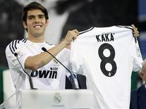 <p>Kaká posa com a camisa 8 que usará no Real Madrid em sua apresentação oficial no clube espanhol 30/06/2009 REUTERS/Juan Medina</p>