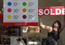 <p>Saldi in Francia. REUTERS/Pascal Rossignol</p>