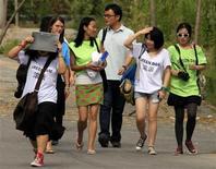 """<p>Manifestantes usaram camisetas com o slogan """"Green Dam - Dane-se"""" em protesto contra o filtro em Pequim REUTERS/David Gray</p>"""
