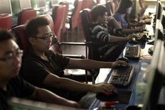 <p>Dans café internet, à Shanghai. La mise en oeuvre du projet d'installation d'un filtre internet sur tout nouveau PC en Chine n'est qu'une question de temps, d'après le journal en langue anglaise China Daily, alors même que l'agence Chine nouvelle avait annoncé le report sine die de ce plan. /Photo prise le 1er juillet 2009/REUTERS/ Nir Elias</p>