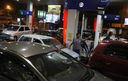 Cars queue up at a petrol station in Kolkata July 1, 2009. REUTERS/Parth Sanyal