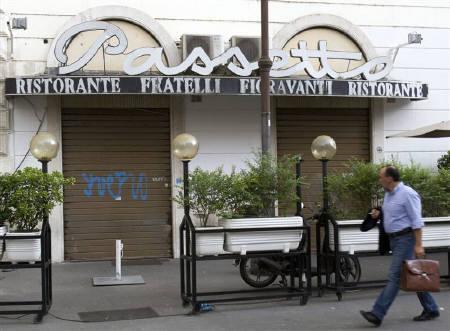 7月2日、イタリア当局は日本人観光客の昼食に約700ユーロを請求したレストランを詐欺行為にあたるとして閉鎖。写真はシャッターの下りた同レストラン(2009年 ロイター/Chris Helgren)