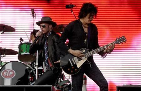 Drummer Eric Kretz (back), Scott Weiland and Dean DeLeo (R) of Stone Temple Pilots perform at the Virgin Mobile Festival in Baltimore, Maryland August 10, 2008. REUTERS/Bill Auth