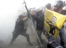 <p>Scontri tra polizia e manifestanti a Vicenza. REUTERS/Tony Gentile</p>