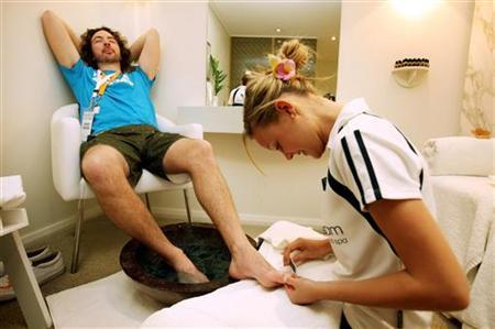 ''The Best Job in the World'' competition finalist George Karellas of Ireland receives a pedicure on Daydream Island, about 950km (590 miles) north of Brisbane, May 5, 2009. REUTERS/Tourism Queensland/Eddie Safarik/Handout