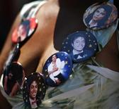 """<p>Una admiradora de Michael Jackson afuera del Staples Center en Los Angeles, 6 jul 2009. El éxito de Michael Jackson como una estrella de la música pop estuvo rodeado a lo largo del tiempo por la controversia en torno a su extraño y reclusivo estilo de vida, lo que le ganó el apodo por los tabloides de """"Wacko Jacko"""". REUTERS/Mario Anzuoni</p>"""