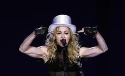 """<p>Foto de archivo de la presentación de la cantante Madonna durante su gira """"Sticky and Sweet"""" en la arena O2 de Londres, 4 jul 2009. Lech Walesa, ex líder del sindicato polaco anticomunista Solidaridad, condenó el martes los planes de la diva del pop Madonna para cantar en Varsovia, afirmando que actuar en la fecha en que se celebra el día de la Virgen María es una """"provocación satánica"""". REUTERS/Luke MacGregor</p>"""