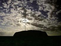 <p>The sun rises above Uluru, also known as Ayers Rock, located around 300 km (186 miles) west of Alice Springs in outback Australia November 12, 2005. REUTERS/David Gray</p>