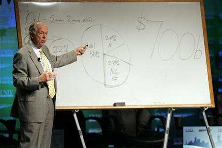 Chairman of BP Capital Management T. Boone Pickens explains his energy policy plan during the National Clean Energy Summit at the University of Nevada, Las Vegas August 19, 2008. REUTERS/Las Vegas Sun/ Steve Marcus