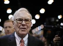 <p>Billionaire financier and Berkshire Hathaway Chief Executive Warren Buffett attends the Berkshire Hathaway Annual Shareholders meeting in Omaha, Nebraska May 2, 2009. REUTERS/Carlos Barria</p>
