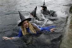 <p>Foto de archivo de unas nadadoras vestidas como brujas sobre el río Aare durante un evento de nado en Berna, Suiza, 23 nov 2008. ¿Imagina ganar 50.000 libras esterlinas al año en un empleo sin estrés, con horarios flexibles y sin necesidad de usar traje? REUTERS/Stefan Wermuth</p>