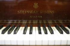 <p>Foto de archivo del teclado y emblema de un histórico piano de cola durante su re acondicionamiento en la compañía Steinway & Sons de Hamburgo, Alemania, 4 mar 2009. El pianista japonés Nobuyuki Tsujii, de 20 años, se ha convertido en la más reciente estrella de la escena de música clásica, luego de ganar uno de los premios más prestigiosos del mundo. REUTERS/Christian Charisius</p>