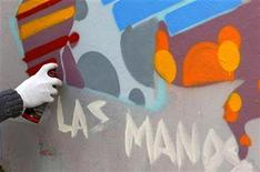 <p>Street artist Nase of the Netherlands spray-paints on a wall in Buenos Aires, June 9, 2009. REUTERS/Marcos Brindicci</p>