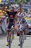 <p>Lo spagnolo Luis Leon Sanchez della Caisse d'Epargne festeggia la vittoria all'ottava tappa del Tour de France, tra Andorra e Saint Girons, 11 luglio 2009. REUTERS/Bogdan Cristel</p>
