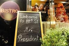 <p>Restaurant patrons try to catch sight of US President Barack Obama and first lady Michelle Obama leaving the theater during a personal visit for dinner and a Broadway play in New York, May 30, 2009. REUTERS/Jonathan Ernst</p>