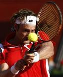<p>Juan Carlos Ferrero da Espanha em jogo contra Andreas Beck da Alemanha em Marbella. 12/07/2009. REUTERS/Marcelo del Pozo</p>