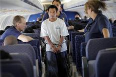 <p>Juan Sacaria Lopez, an illegal immigrant, boards a plane at a flight operation unit at Mesa airport during his deportation process in Phoenix, Arizona July 10, 2009. REUTERS/Carlos Barria</p>