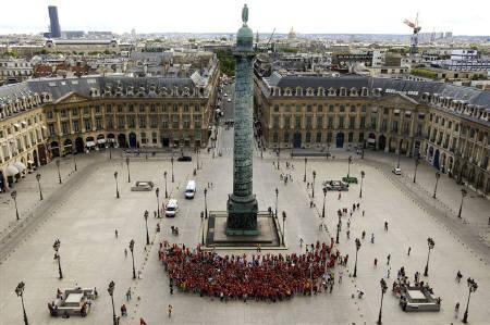7月13日、パリ観光局が観光産業の活性化のため市民に笑顔を呼びかけている。写真は12日、バンドーム広場で数百人が作ったスマイルマーク(2009年 ロイター/Benoit Tessier)