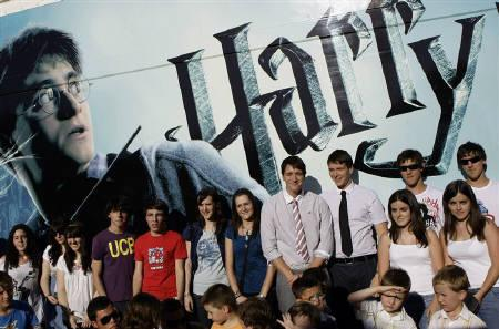 Actors James (4th L) and Oliver (3rd L) Phelps pose with Spainish twins during a photocall to promote the film ''Harry Potter and the Half-Blood Prince'' in Madrid July 12, 2009. REUTERS/Juan Medina