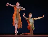<p>Leanne Benjamin (L) and David Makhateli of the Royal Ballet rehearse at the Grand Theater of Havana in Havana July 14, 2009. Britain's Royal Ballet arrived in Havana before what officials said would be five days of sold-out performances in the company's first visit to Cuba. REUTERS/Enrique De La Osa</p>