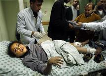 """<p>Врачи оказывают помощь раненой палестинской девочке, пострадавшей при бомбардировке Сектора Газа 29 январая 2009 года. Инициативная группа израильских военных сообщила, что во время январской операции """"Литой свинец"""" в секторе Газа солдаты получили приказ открывать огонь на поражение не задумываясь, кто перед ними - боевик или мирный житель. REUTERS/Ibraheem Abu Mustafa</p>"""