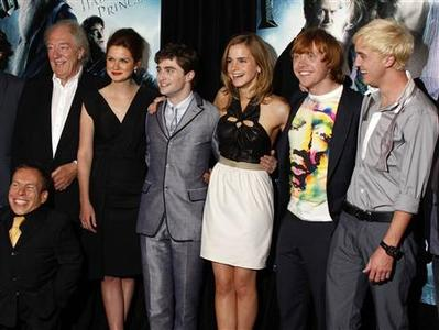 Actors (L-R) Michael Gambon, Bonnie Wright, Daniel Radcliffe, Emma Watson, Rupert Grint and Tom Felton arrive for the premiere of ''Harry Potter and the Half-Blood Prince'' in New York, July 9, 2009. REUTERS/Jamie Fine
