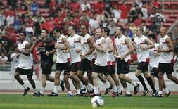 <p>Jogadores do Manchester United durante treinamento em Kuala Lumpur. 17/07/2009. REUTERS/Zainal Abd Halim</p>