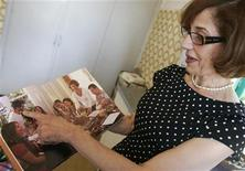 """<p>La autora Lamees Ibrahim mustra unas páginas de su libro """"The Iraqi Cookbook"""" en Beirut, 11 jul 2009. La autora Lamees Ibrahim decidió escribir """"The Iraqi Cookbook"""" (""""El libro de cocina iraquí"""") en el 2004, después de un viaje que realizó a su tierra natal en medio de un intenso conflicto sectario. REUTERS/Cynthia karam</p>"""