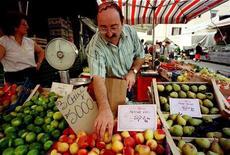 <p>Un banco di frutta e verdura. REUTERS</p>