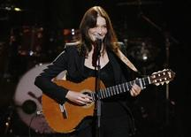 <p>Carla Bruni-Sarkozy performs at The Mandela Day concert at Radio City Music Hall in New York July 18, 2009. REUTERS/Brendan McDermid</p>