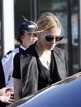 <p>Popstar norte-americana Madonna na cidade francesa de Marselha para visitar operários feridos após desabamento de palco em que faria seu show, matando dois trabalhadores. 19/07/2009. REUTERS/Philippe Laurenson</p>