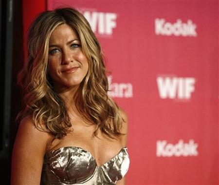 Actress Jennifer Aniston poses at the Women in Film 2009 Crystal and Lucy Awards in Century City, California June 12, 2009. REUTERS/Mario Anzuoni