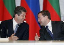 <p>Президент России Дмитрий Медведев (справа) и президент Георгий Парванов на церемонии подписания соглашений в Кремле 5 февраля 2009 года. Болгария может отдалиться от Евросоюза и вновь попасть под влияние России, если новому болгарскому правительству не удастся победить коррупцию и укрепить государственные институты, считают эксперты ЕС. REUTERS/Alexander Natruskin</p>