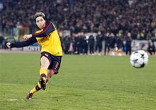 <p>O meio-campo francês do Arsenal Samir Nasri perderá o início da nova temporada do Campeonato Inglês devido a uma fratura na perna que sofreu nesta terça-feira durante um treinamento da equipe na Áustria. REUTERS/Giampiero Sposito</p>