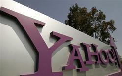 <p>Yahoo a vu son chiffre d'affaires chuter de 13% au deuxième trimestre, à 1,57 milliard de dollars. Hors coûts d'acquisition du trafic, c'est-à-dire la part du chiffre d'affaires partagée avec ses partenaires, le moteur de recherche affiche un chiffre d'affaires net de 1,14 milliard de dollars, conforme aux attentes du marché. /Photo d'archives/REUTERS/Robert Galbraith</p>