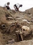<p>Restos arquelógicos de la cultura Ychsma en su locación en Lima, 22 jul 2009. Una momia pre incaica y otros ocho esqueletos fueron desenterrados debajo de lo que solía ser una barriada pobre en el centro de la capital de Perú, señalaron arqueólogos el miércoles. REUTERS/Pilar Olivares</p>