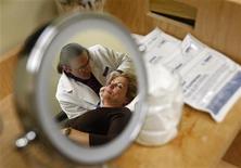 <p>Somministrazione di iniezioni di botulino. REUTERS/Jim Young (UNITED STATES SOCIETY EMPLOYMENT BUSINESS)</p>