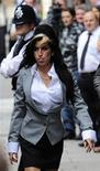 <p>Amy Winehouse al suo arrivo in tribunale. REUTERS/Toby Melville (BRITAIN ENTERTAINMENT CRIME LAW)</p>