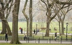 <p>Pedestrians walk through Central Park on a warm spring day in New York April 2, 2009. People are flocking to free outdoor cultural events, in places like Central Park, from opera to rappers to Shakespeare, entertaining themselves on a budget amid the worst recession in some 70 years. REUTERS/Lucas Jackson</p>
