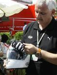 <p>Peter Burger, da fabricante de capacetes Arai, explica acidente com Felipe Massa. Incidente com o piloto brasileiro deixou a segurança na Fórmula 1 novamente em destaque. REUTERS/Dominic Ebenbichler</p>