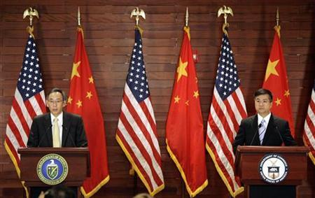 U.S. Commerce Secretary Gary Locke (R) and U.S. Energy Secretary Stephen Chu attend a joint news conference in Beijing, July 16, 2009. REUTERS/Jason Lee