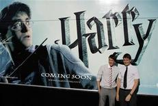 "<p>Los actores James y Oliver Phelps posan durante una sesión fotográfica para promover la película ""Harry Potter and the Half-Blood Prince"" en Madrid en esta imagen del 12 de julio de 2009. REUTERS/Juan Medina (ENTRETENIMIENTO CINE TAQUILLA)</p>"