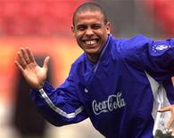 <p>Foto de archivo del jugador de fútbol brasileño Ronaldo en un entrenamiento de la selección de Brasil el 8 de octubre. FEE/GB/HB (FUTBOL RONALDO PELICULA)</p>