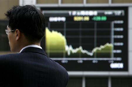 7月27日、日経平均がバブル崩壊後初の9連騰。写真は都内の株価ボード。9日撮影(2009年 ロイター)